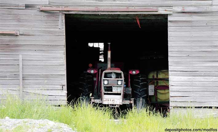 Traktor in Holzscheune
