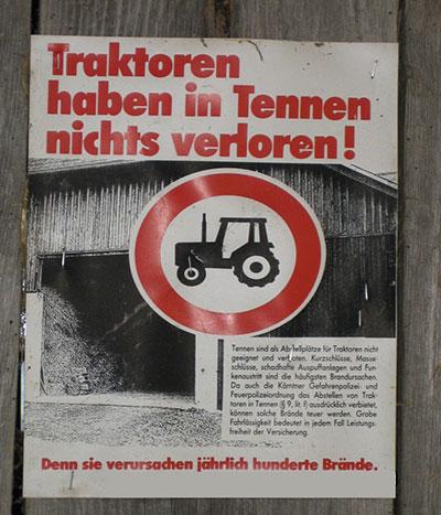 Traktor in Tenne